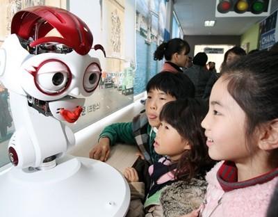 Robot öğretmen göreve başlıyor