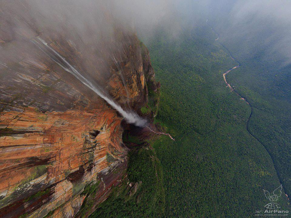 Meru Şelalesinin (Angel Falls) tepeden çekilmiş 360° panorama görüntüsü